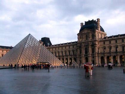 Pirâmide do Louvre acesa