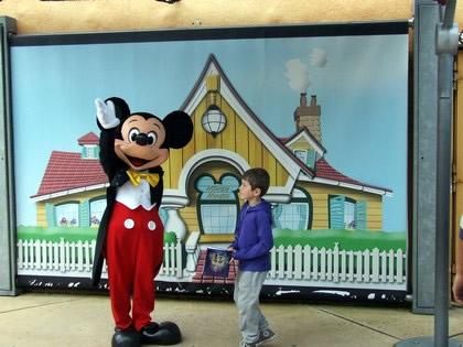 Mickey em encontro com as crianças