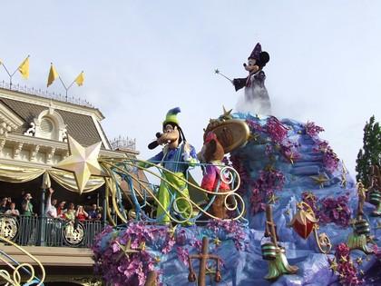 Mickey e Pateta encerram o desfile