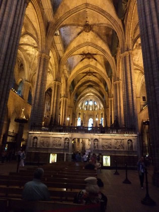 Interior da catedral gótica