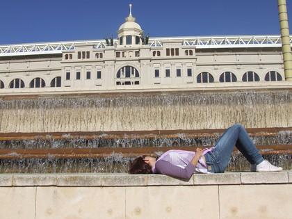 Me refrescando na fonte do Estádio Olímpico