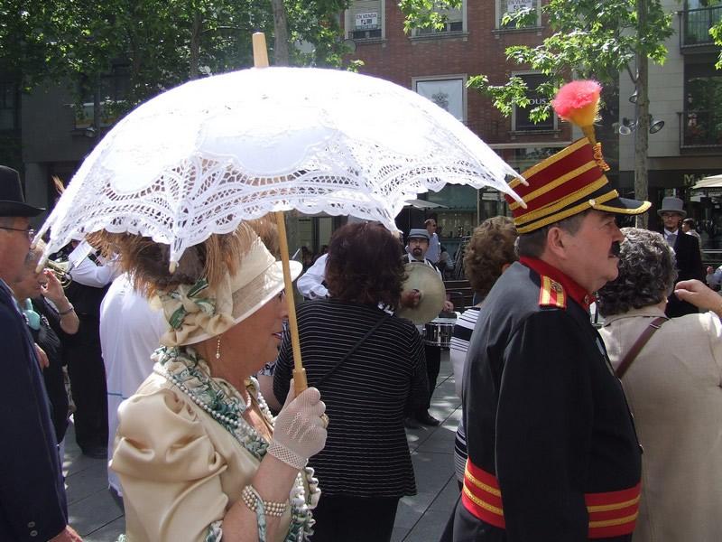 Moradores se vestem como há 100 anos durante a Fira Modernista