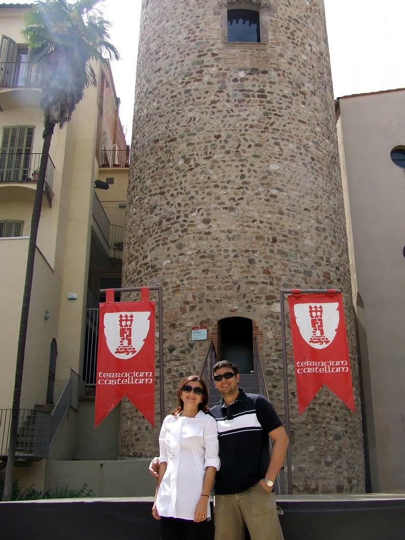 Com Fred Santos fazendo pose em frente a Torre de Palau