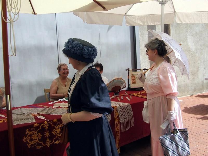 Senhoras visitam estandes da Fira