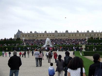 Multidão nas escadas do jardim