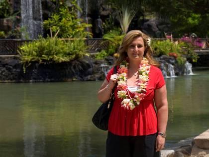 Maria do Carmo com o colar típico hawaiano