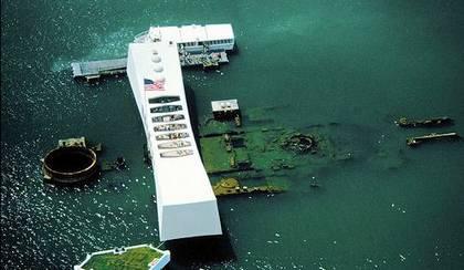 O memorial foi construído em cima dos destroços do USS Arizona