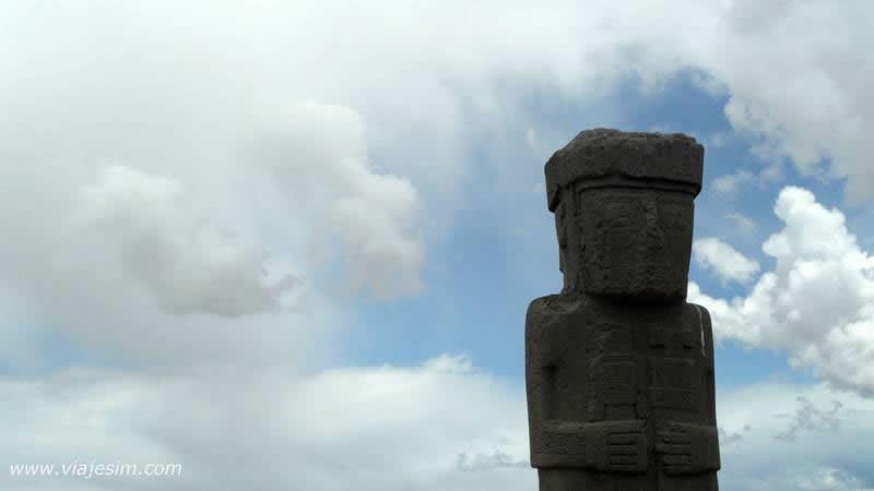 La Paz, Tiwanaku, estátua mãos invertidas