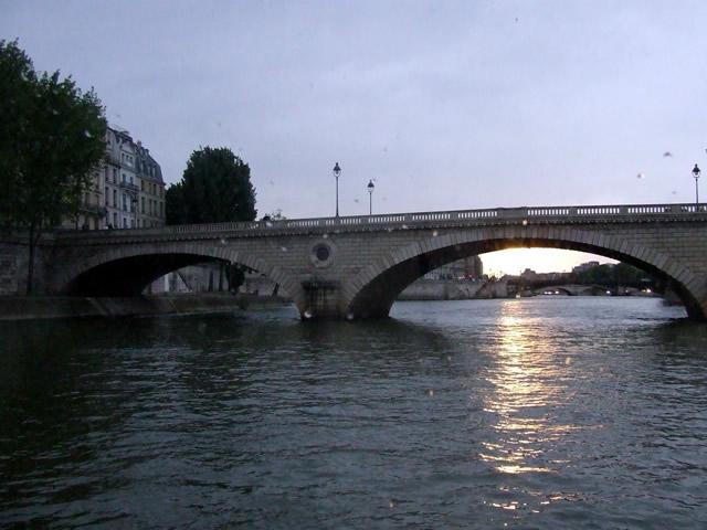 Pôr do sol visto do rio Sena