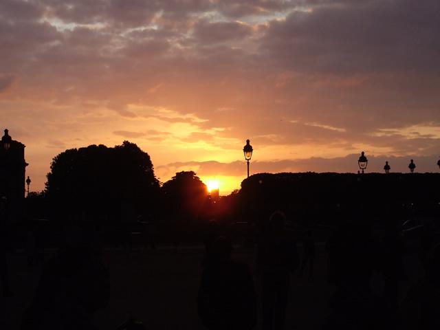 Pôr do sol visto do passeio de barco no Sena