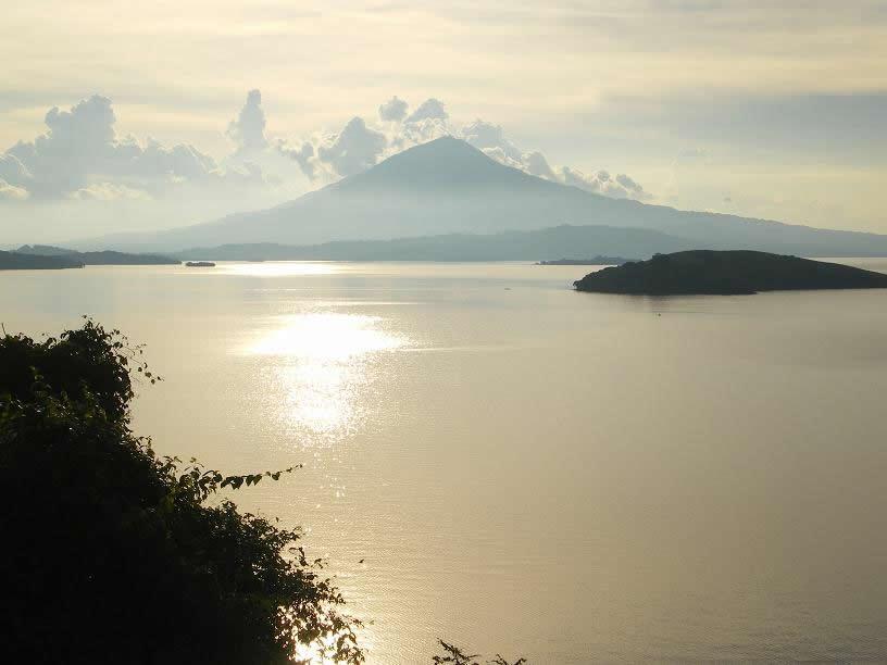 Pôr do sol no Lago Cocibolca, com o Vulcão Mombacho no fundo, desde uma colina da Isla Zapatera