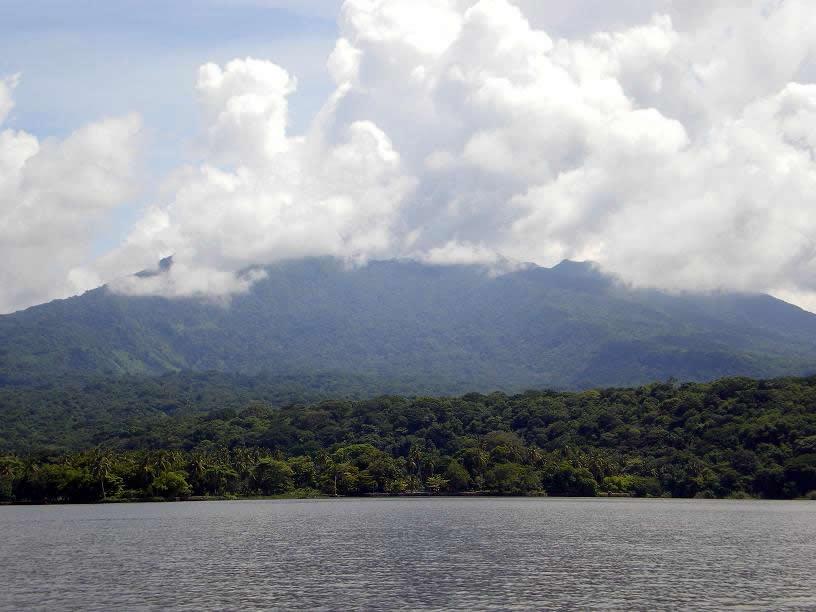 Uma coroa de nuvens arrodeia o cume do Vulcão Mombacho