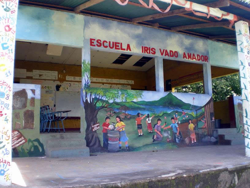 Uma escola no meio da selva, onde estudam as crianças da comunidade de Son Zapote