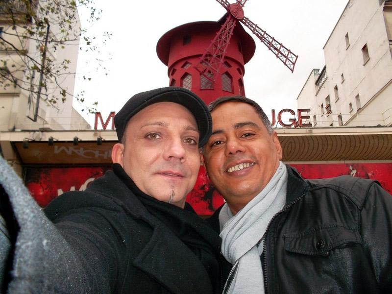 David e Antonio em frente ao Moulin Rouge