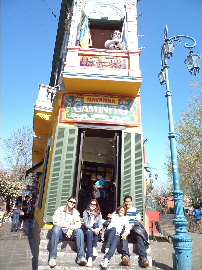 Grupo de viagem no Caminito: Fred, eu, mainha e painho