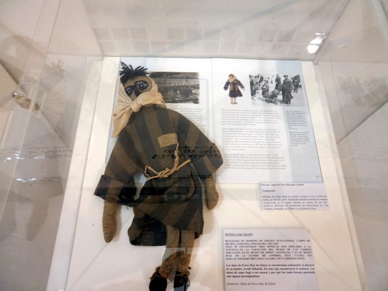 Boneca de criança prisioneira de campo de concentração