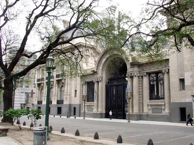 Prédios com estilo parisiense podem ser encontrados por quase todos centro histórico de BsAs
