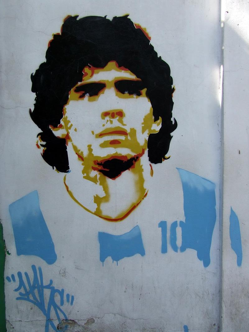 Deixe de lado as comparações! Os argentinos têm Maradona e nós temos Pelé! E todo mundo sabe quem é o Rei! :P