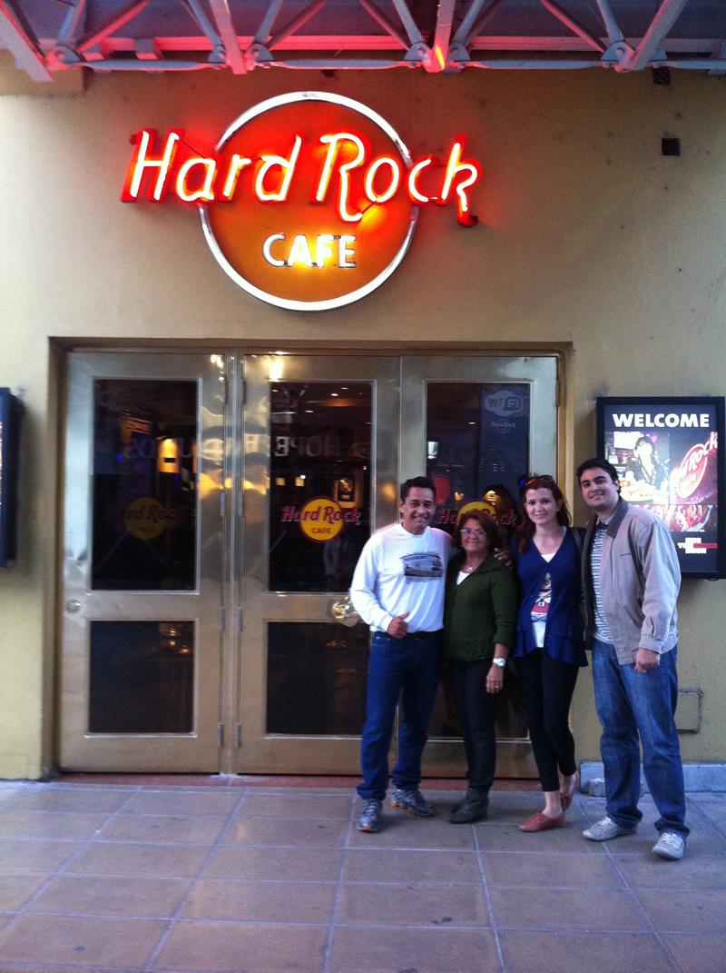 Família reunida em frente ao Hard Rock Café Buenos Aires