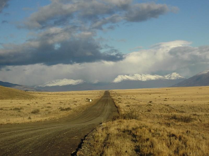 Estrada que se perde no horizonte, rumo ao Glaciar Perito Moreno na Patagônia Argentina