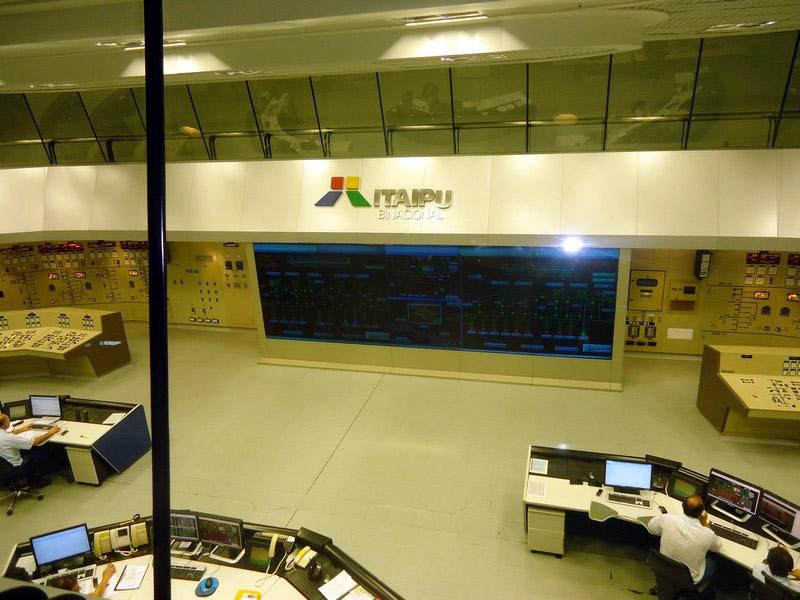 Sala de comando central em Itaipu