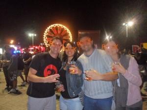 Agora a coisa ficou séria: pousando com adereços ridículos, mas era Rock in Rio e estava todo mundo feliz da vida tomando uma.