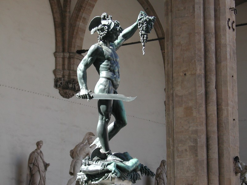 Perseu e a Cabeça de Medusa, escultora em bronze de Benvenuto Cellini na Loggia dei Lanzi, Florença