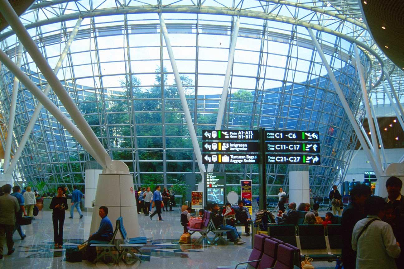 O aeroporto de  Kuala Lumpur será nosso hostel por algumas noites