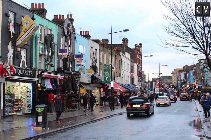 Comércio de rua de Camden com faixadas para lá de originais