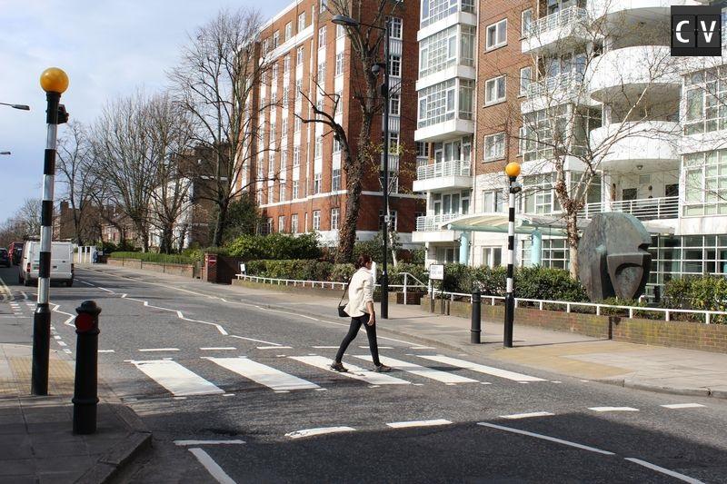Atravessando a Abbey Road na faixa de pedestre mais famosa do mundo