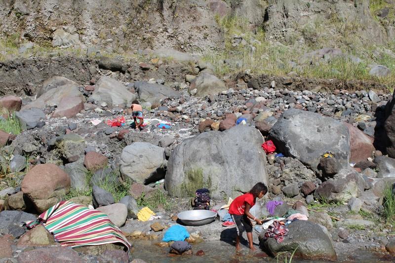 Mulheres Aetas lavando roupas nos riachos ao redor do Pinatubo