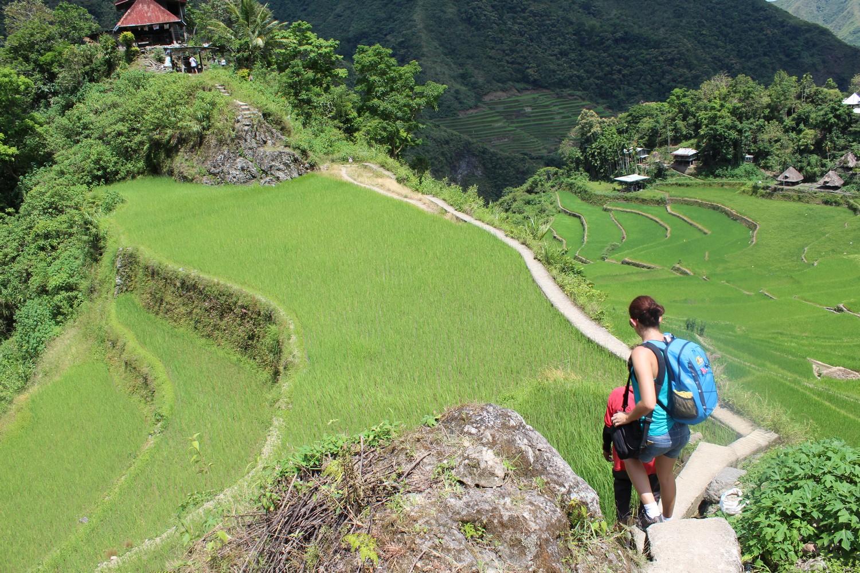 Nos campos de arroz, a trilha parece fácil, mas a altitude aumenta e muito o cansaço.