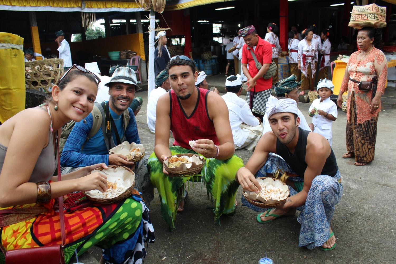 Comendo como os balineses com Luís (esquerda) e Nicky (direita) em um templo