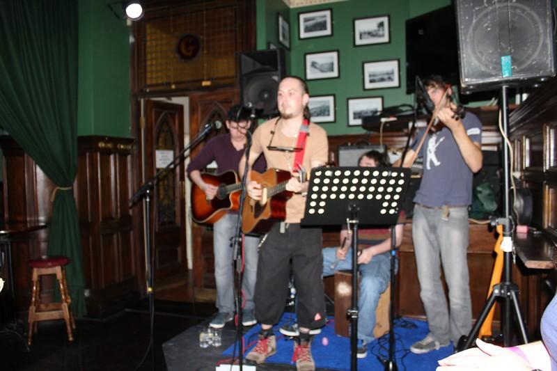 Música irlandesa da melhor qualidade durante o Pub Crawl