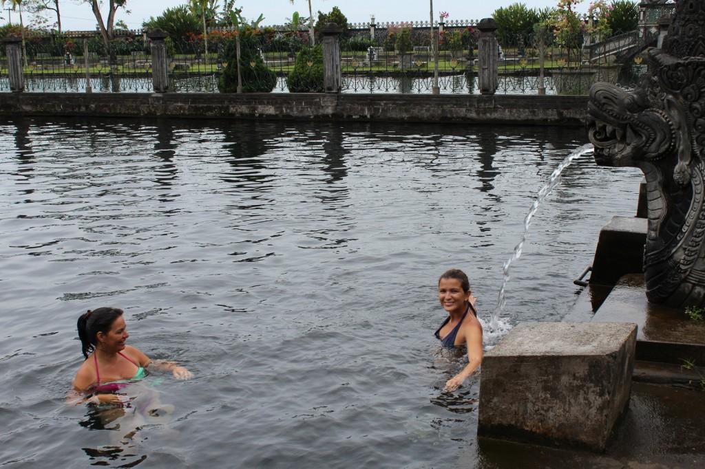 Banho de piscina no Tirta Gangga