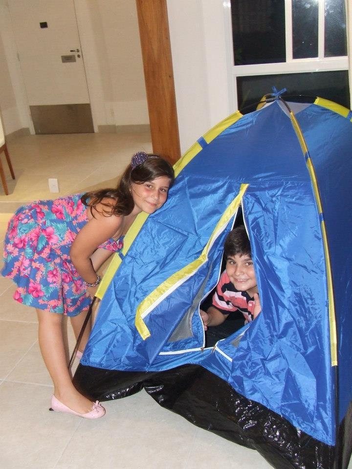 Maria Clara e Serginho brincando de acampar