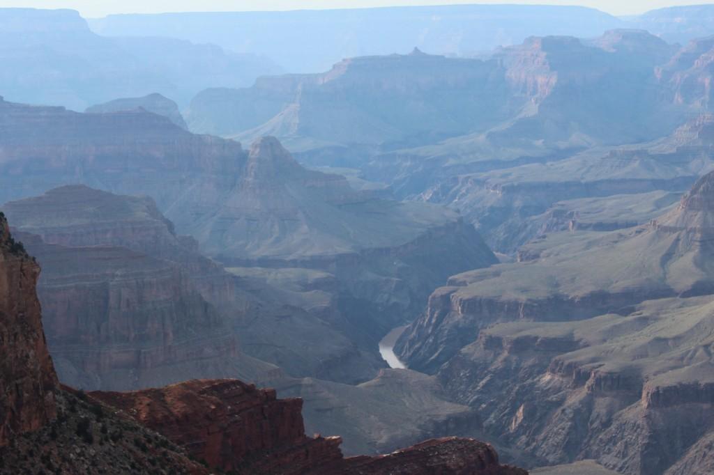 Lá em baixo, o rio Colorado cruza o Grand Canyon
