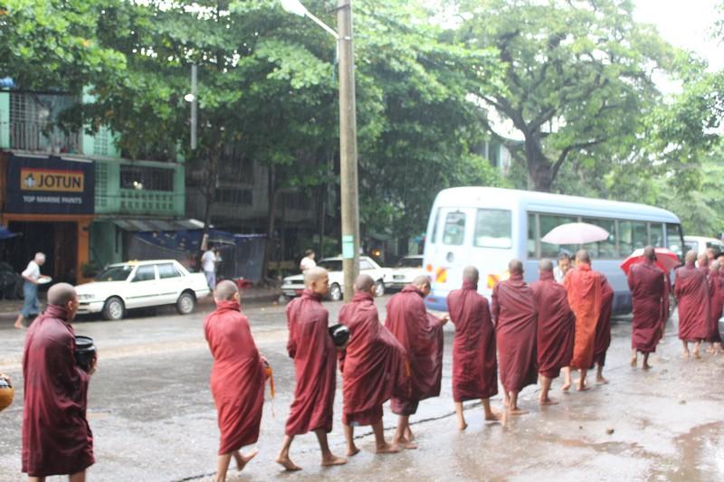Ronda das Almas, debaixo de chuva em Myanmar
