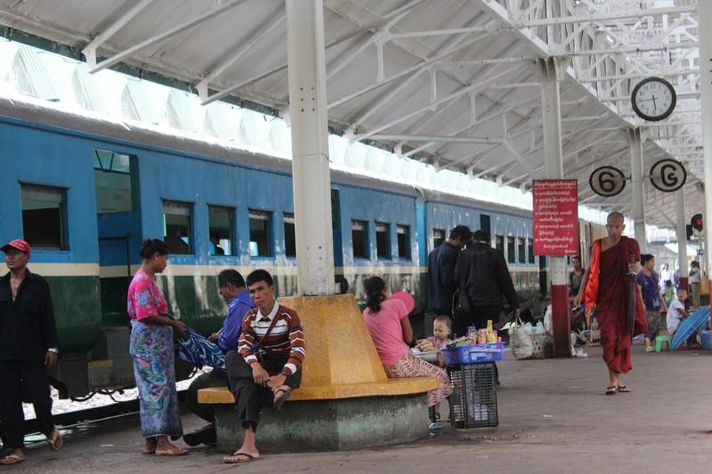 Movimento na Estação Central de Yangon
