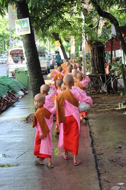 Pequenas monjas fazem Ronda das Almas