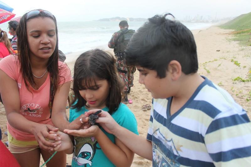 Antes da soltura, integrantes do Tamar dão explicação e mostram filhotes as crianças e adultos presentes