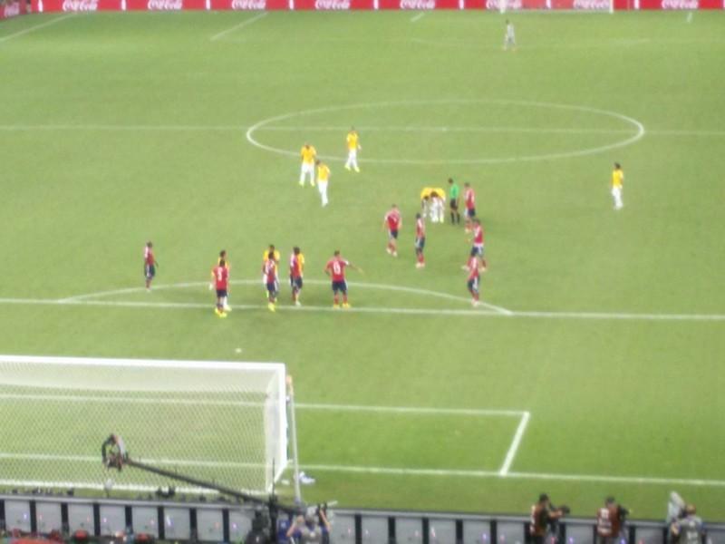 Desse lance, saiu o gol de falta de David Luiz