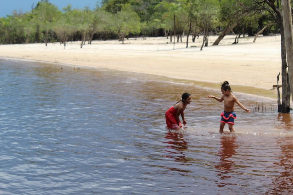Indiazinhas brincam no Rio Negro
