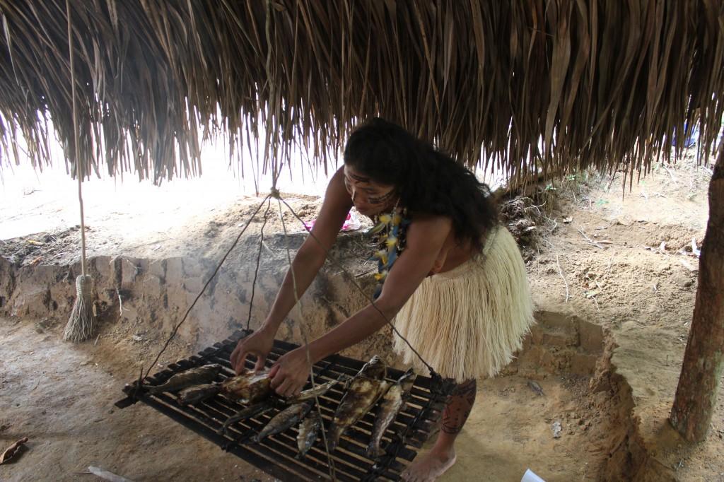 Índia prepara o peixe para os visitantes