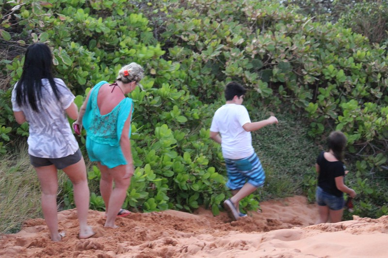 Fazendo trilha em Pipa