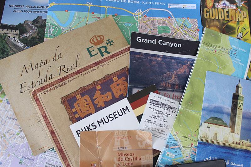 Papéis, papéis, todo tipo de papéis que guardo durante as viagens