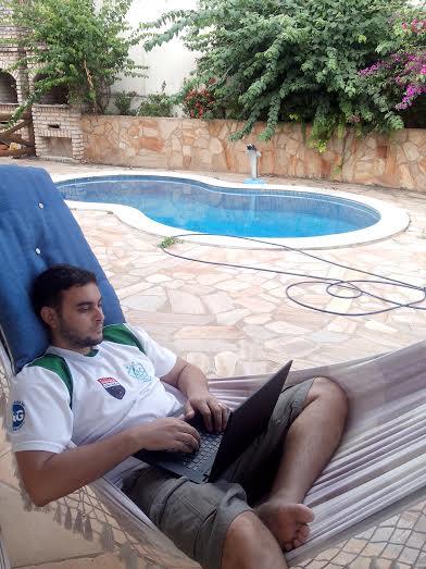 Fred trabalhando na rede em Pipa