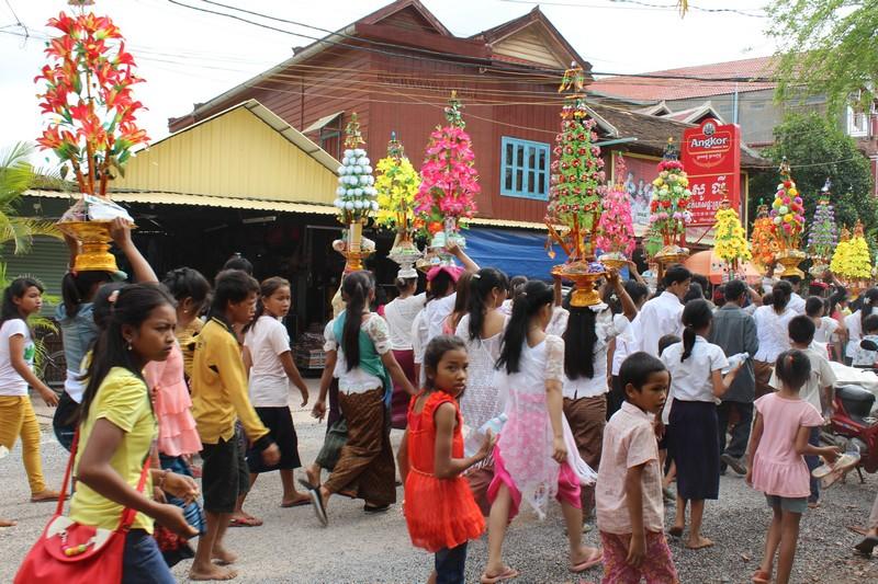 Festa em Siem Reap. Não entendi o que era, mas parecia uma procissão festiva.