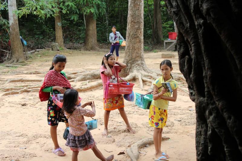 Crianças brincam entre uma venda e outra
