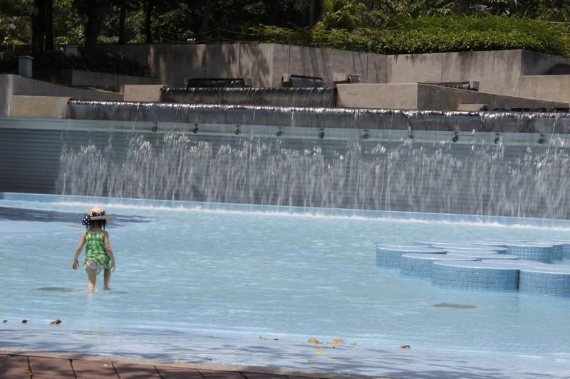 Menininha tomando banho nas piscinas do KLCC Park